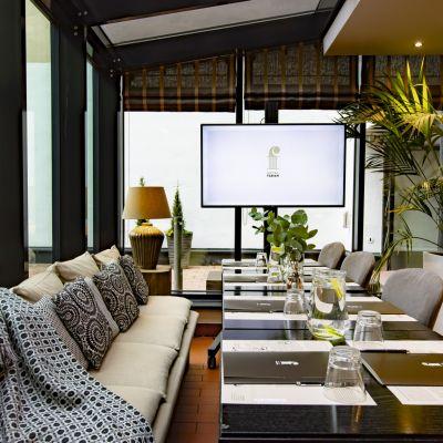 Hotel Fabianin lasiseinäinen terassi on täydellinen miljöö tapaamisille ja palavereille