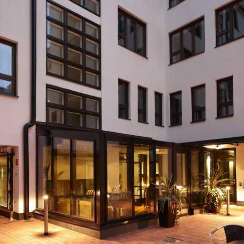 Hotel Fabiainin sisäpihalla nautit kesästä